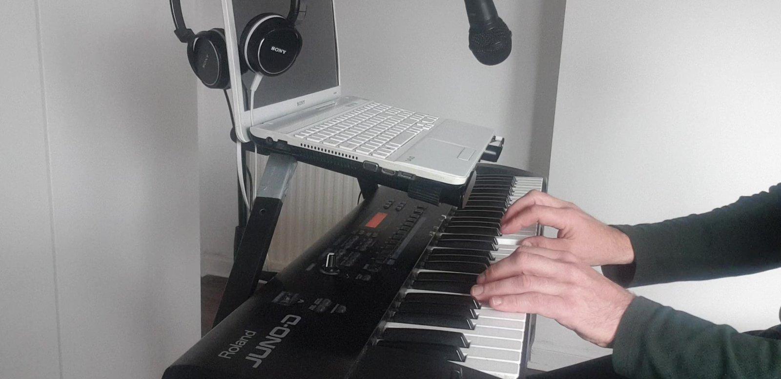 17..CLIP 17 keyboard clip 17_Moment.jpg